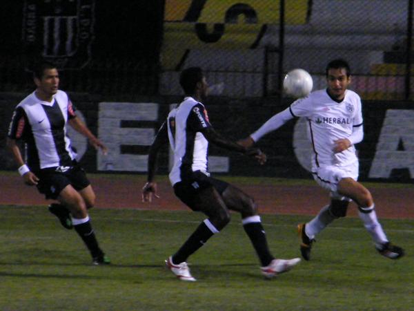 CÚBRALO COMO PUEDA. Ramos va a cerrar a Arriola a tiempo. Observa Solís. (Foto: Wagner Quiroz / DeChalaca.com)