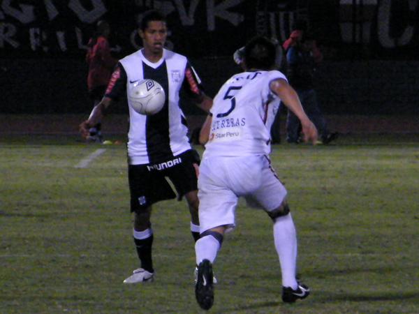 FALTA ARROZ. 'Wally' Sánchez anda en discreto nivel. Aquí va a ser anticipado por Contreras. (Foto: Wagner Quiroz / DeChalaca.com)