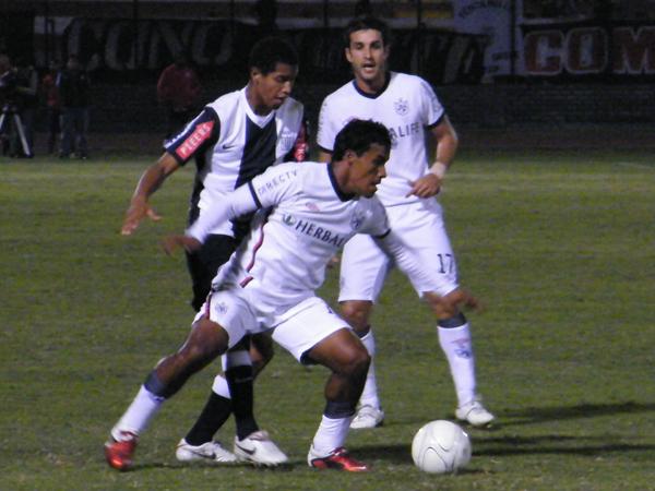 COMO TODA LA NOCHE. Carlos Fernández le gana a 'Wally' Sánchez. Duelo de un solo ganador: el lateral izquierdo albo. (Foto: Wagner Quiroz / DeChalaca.com)