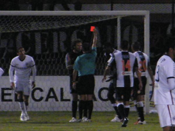 ÚLTIMO RECURSO. Libman trabó a Alemanno cuando 'Avatar' se iba al gol y por eso Arellanos le mostró sin dilaciones la roja. (Foto: Wagner Quiroz / DeChalaca.com)