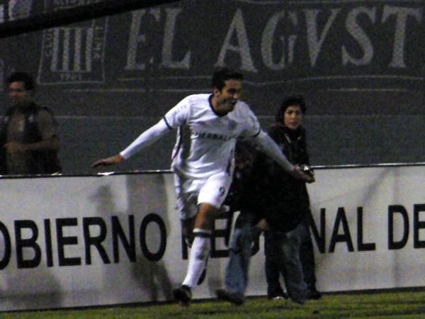 VUELO DE GOLEADOR. Planeaba Arriola y festejaban los santos: era el 2-0. (Foto: Wagner Quiroz / DeChalaca.com)