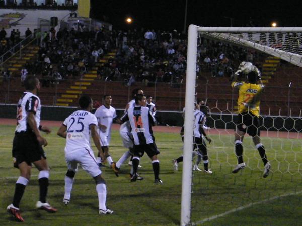 ALGO DE SEGURIDAD. Azurín se eleva para atenazar. Fue traicionado por las circunstancias en su debut. (Foto: Wagner Quiroz / DeChalaca.com)