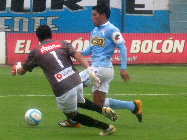 FECHA 12. Un gol de Andy Pando le dio el empate a Cristal sobre CNI. Reynoso no la veía. (Foto: José Salcedo / DeChalaca.com)