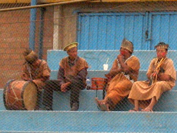 LOS HINCHAS. Este simpático grupo de charapas se hizo presente en el San Martín para alentar al CNI. Definitivamente, su presencia no pasó inadvertida. (Foto: José Salcedo / DeChalaca.com)