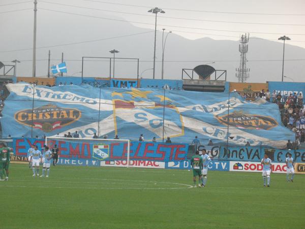 LA HINCHADA. El Extremo Celeste hizo sentir su presencia con esta portentosa banderola. (Foto: José Salcedo / DeChalaca.com)