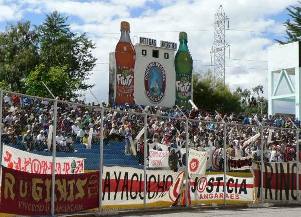 LA HINCHADA II. Pese a jugar como visitantes en Ayacucho, los cremas se vieron acompañados de su fiel fanaticada, la cual asistió en gran número al Ciudad de Cumaná. (Foto: Ciro Madueño)