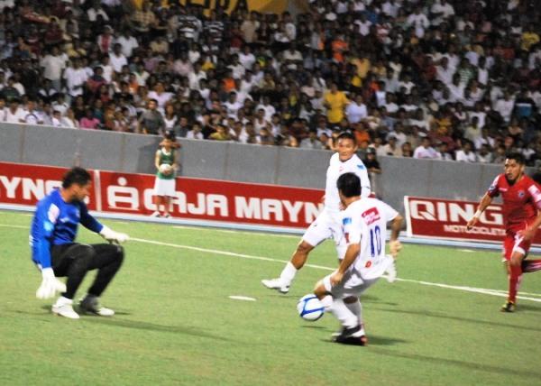 LOS ABUSIVOS. Aunque usted no lo crea, esta jugada no culminó en gol por obra y gracia de Célis y Barrena. (Foto: Fernando Herrera / DeChalaca.com)