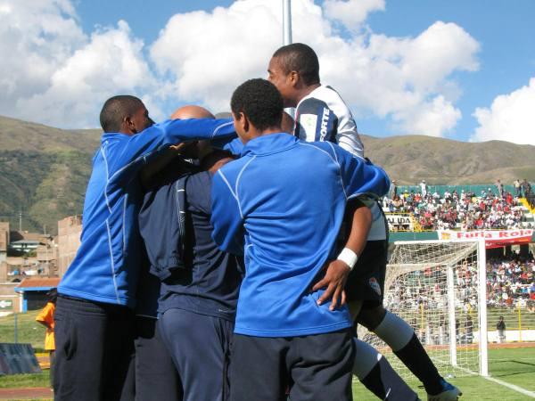 LOS POTRILLOS. Gracias a Bazán y Soto, Alianza pudo asegurar el triunfo en Huancayo. Los jóvenes del conjunto blanquiazul dan la hora. (Foto: diario Primicia de Huancayo)