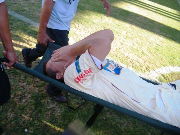LA VÍCTIMA. Leiva sufrió una grave lesión que lo sacó del partido en la etapa complementaria. El dolor del 'Palermo de los Andes'  no necesita mayores palabras. (Foto: Jesús Suárez Villarreal / DeChalaca.com)