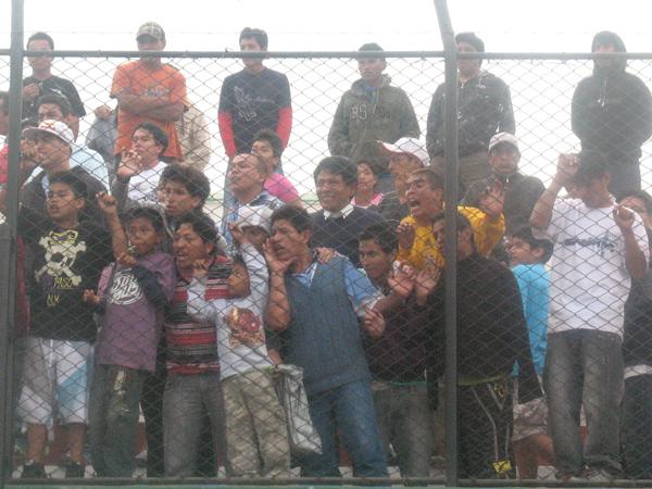 LOS PROTESTANTES. Este grupo de hinchas no dudó en alzar su voz de protesta ante el árbitro, ante Reynoso, y ante el destino que pone a Cristal en la parte baja de la tabla. (Foto: José Salcedo / DeChalaca.com)