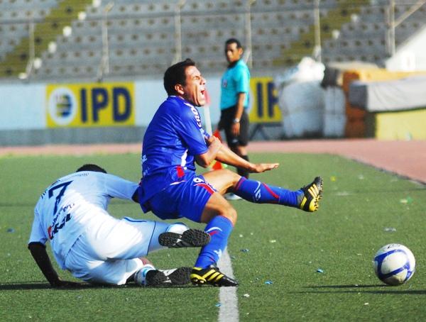 FECHA 13.  Dúber Zapata grita de dolor tras una dura entrada de Linares. Por momentos el juego fuerte se apoderó del cotejo que empataron a uno Vallejo y Unión Comercio. (Foto: diario La Industria de Trujillo)