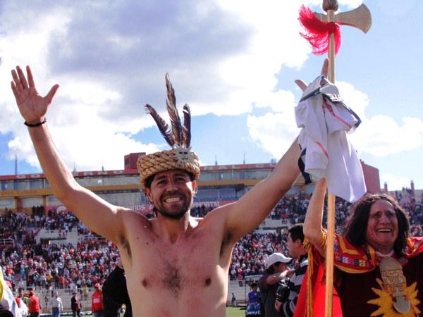 EL PERSONAJE. No cabe duda que el 'Checho' Ibarra es una de los jugadores con mayor carisma en el torneo. Tras el triunfo ante San Martín, el atacante no tuvo reparos en vestirse como inca y recorrer el estadio.  (Foto: diario del Cusco)