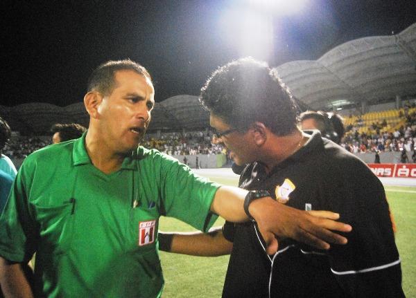 EL RAZONABLE. El asistente técnico de Cobresol intentó convencer a la terna arbitral de sus errores en los minutos finales. (Foto: Fernando Herrera / DeChalaca.com)
