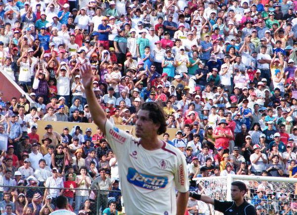 LA DESPEDIDA. Ante Cienciano, Jean Ferrari se despidió de las canchas de fútbol.  Fue una emotiva despedida. (Foto: Jesús Suárez / DeChalaca.com)