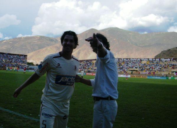 OBSERVA CUANTO TE QUIEREN. Eso parece decirle Franco Navarro mientras le señala a Ferrari  la tribuna principal del estadio Heraclio Tapia. (Foto: Jesús Suárez / DeChalaca.com)
