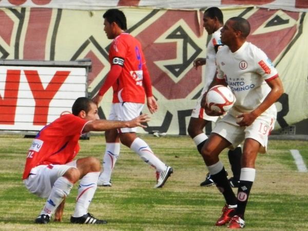 FECHA 15. No lo tumbó. Unión Comercio tuvo un duelo especial con Universitario dentro del campo y fuera de este. (Foto: José Salcedo / DeChalaca.com)