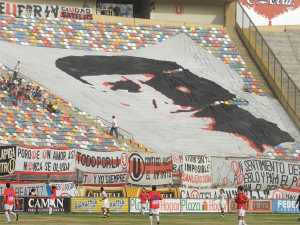 EL TRAPO. Esta bandera con el rostro de 'Lolo' fue exhibida en el Monumental.  (Foto: José Salcedo / DeChalaca.com)