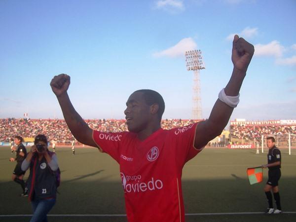 El panameño Luis Tejada volvió a confirmar que lo suyo con el gol es un feliz matrimonio que ayudó al Aurich a cumplir con sus objetivos (Foto: diario La Industria de Chiclayo)
