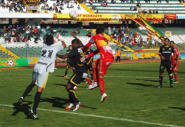 FECHA 18. Sotillo sale con todo para despejar un balón que pretendía ser conectado por Mostto. Fue pieza clave, como todo el equipo que consiguió un 5-1 en Huancayo. (Foto: Diario Primicia de Huancayo)