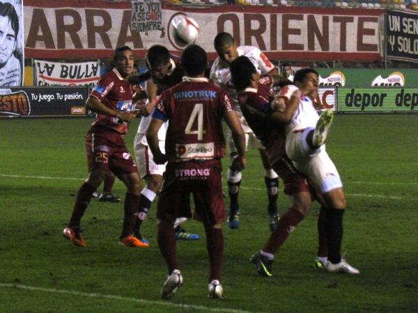 FECHA 19. A pesar de comenzar bien el encuentro, León de Huánuco no pudo con Universitario en Lima y cayó por 2-1. (Foto: José Salcedo / DeChalaca.com)
