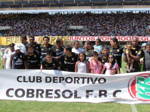 DESCOORDINADOS. Hasta en la foto se notaba poca comunicación entre los jugadores de Cobresol. El equipo dorado empezó bien, pero se fue desinflando en el partido. (Foto: diario La Prensa Regional de Moquegua)