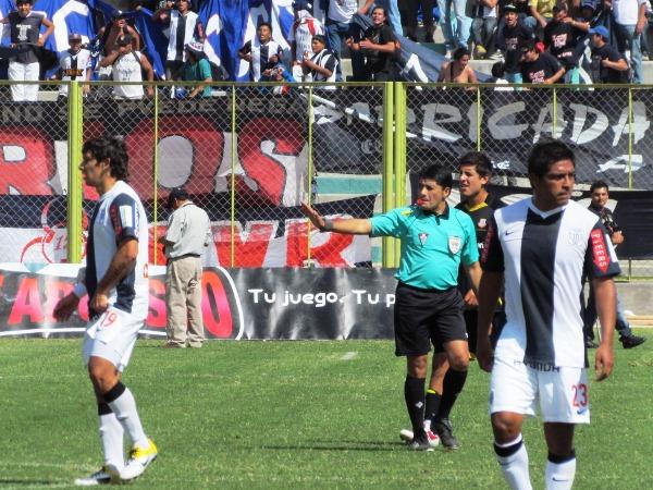 HASTA ACÁ NOMÁS. Víctor Hugo Rivera tuvo un rendimiento aceptable en el partido. El arequipeño lució prolijo en su arbitraje.  (Foto: diario La Prensa Regional de Moquegua)