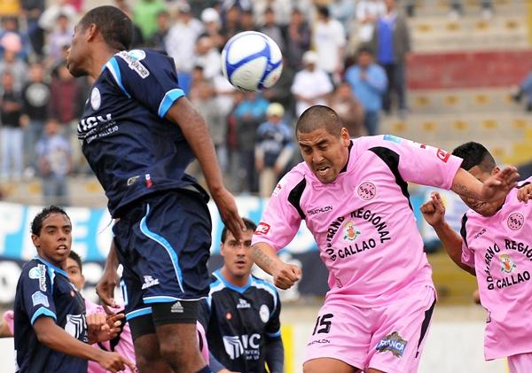 IMPONE RESPETO. Gómez se encargó de comandar al bloque defensivo rosado. Despejó cuanto balón pudo. (Foto: diario La Industria de Trujillo)