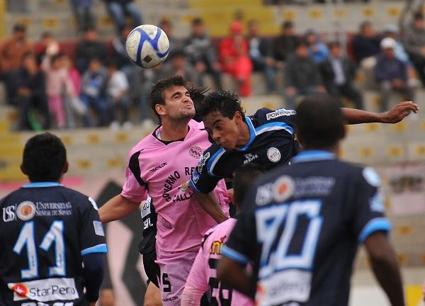 SE VUELVE LOCO. Alloco se batió con todo en la zaga rosada. El argentino realizó una aceptable labor. (Foto: diario La Industria de Trujillo)