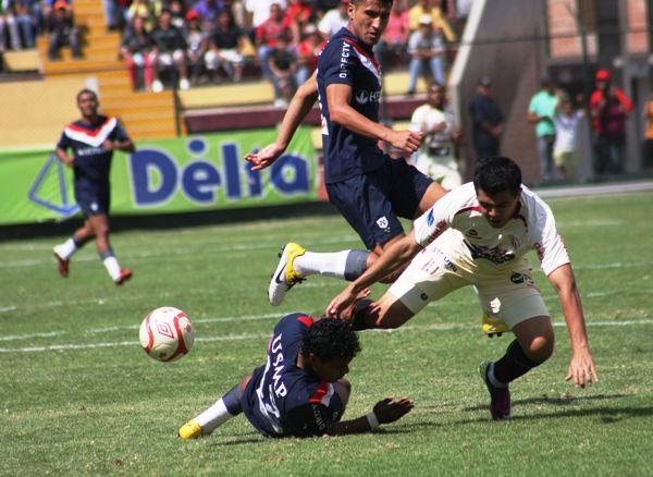 En el Descentralizado 2011, León también le ganó 1-0 a San Martín con un autogol. Aquella vez el infortunado fue Germán Alemanno, quien anotó en contra (Foto: Jesús Suárez / DeChalaca.com)