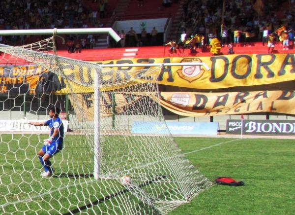 FECHA 23. Ni la suerte les sonreía. Cristal empató 1-1 en Moquegua gracias a un remate desviado en Yancarlo Casas. (Foto: Diario La Prensa Regional)