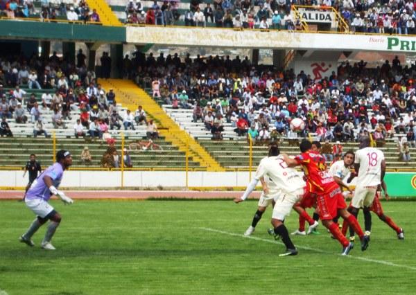 FECHA 24. Cuando un nuevo empate parecía sellarse en Huancayo, Rafael Farfán aparecería a falta de tres minutos para darle una victoria por la mínima a Sport Huancayo frente al León de Huánuco. (Foto: Diario Primicia de Huancayo)