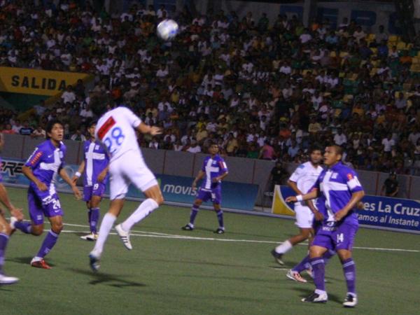 TODO POR EL EMPATE. Pablo Cortizo se eleva y busca cabecear el esférico. CNI no se rendía. (Foto: Fernando Herrera / DeChalaca.com)