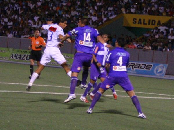 TODO POR EL TODO. CNI seguía intentado igualar en el marcador con constantes pelotazos al área de Alianza Lima. (Foto: Fernando Herrera / DeChalaca.com)