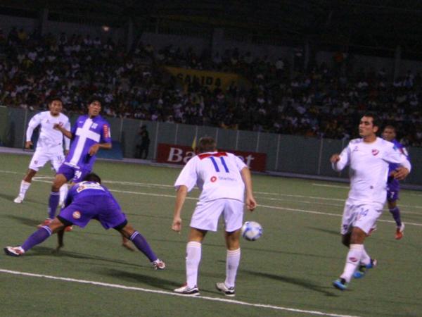 Y SE LE IBA. CNI trataba de generar jugadas de peligro; sin embargo, la defensiva de Alianza Lima respondía de gran forma. (Foto: Fernando Herrera / DeChalaca.com)