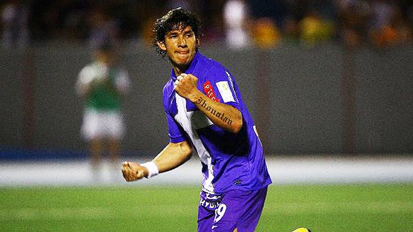 Roberto Ovelar en acción en el cotejo en que marcó por última vez tres goles consecutivos con Alianza: ante CNI en Iquitos en el Descentralizado 2011. (Foto: diario Depor)