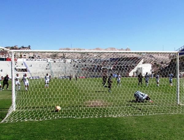 SE MOVIERON LAS REDES. Caicedo, de penal, puso el primero del partido a los 43 minutos. (Foto: Diario La Prensa Regional)