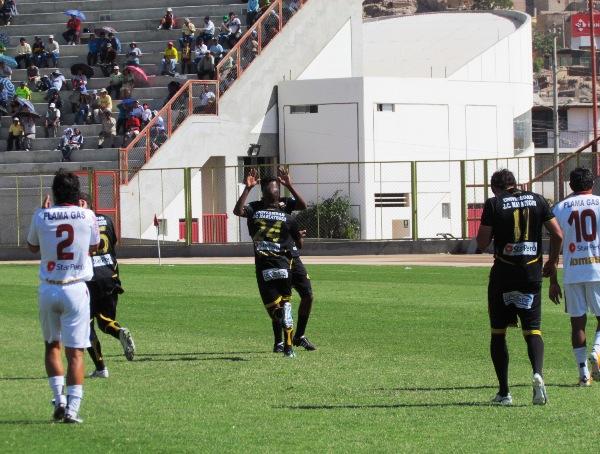 LLEGÓ LA HORA. Momento preciso en el cual los jugadores de Cobresol celebran el tanto de Caicedo. (Foto: Diario La Prensa Regional)
