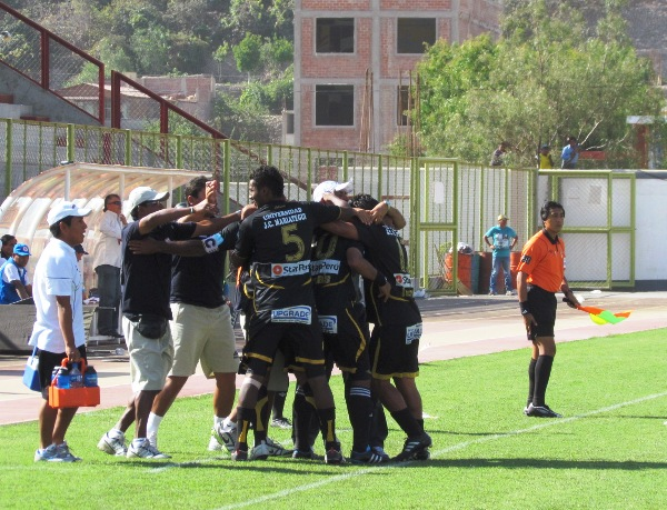 DELILARON CON LOS GOLES. El cuerpo técnico moqueguano celebró eufóricamente cada tanto de su equipo. (Foto: Diario La Prensa Regional)