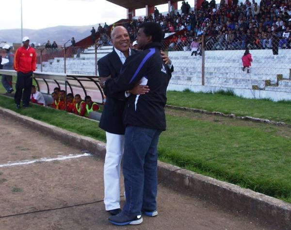 ABRAZO COMPARTIDO. Roberto Mosquera y Julio César Uribe no dudaron en darse un fuerte abrazo antes del choque entre sus equipos. (Foto: Diario Primicia de Huancayo)