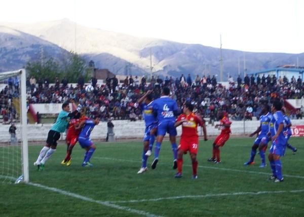 PREPARADO PARA LA ACCIÓN. Pese a la derrota de su equipo, Pretel cumplió una buena labor bajo los tres palos. (Foto: Diario Primicia de Huancayo)