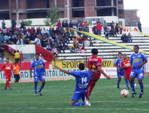 LO ENGAÑARON. Pese a barrerse con todo, Andrade no logró evitar que Pérez descargue un balón al borde del área. (Foto: Diario Primicia de Huancayo)