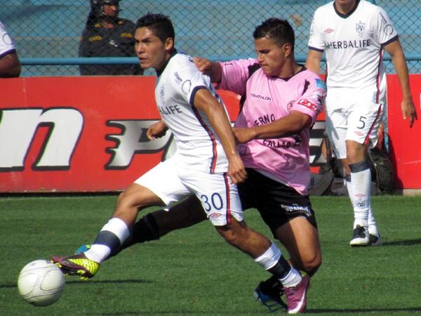 ATRÁPAME SI PUEDES. Joel Sánchez y Juan Pablo Vergara se encontraron constantemente por su zona. 'Lito' ganó el duelo ajustadamente. (Foto: José Salcedo / DeChalaca.com)