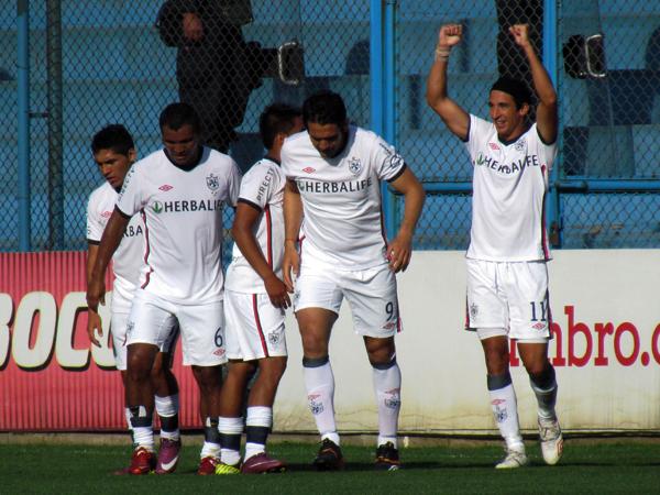 PEGÓ EL SANTO. Germán Alemanno abre el marcador a los 66' con un remate de derecha, y celebra junto a sus compañeros. (Foto: José Salcedo / DeChalaca.com)