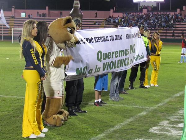 GARRITA GANADOR. Junto a la mascota de Universitario, los árbitros y las anfitrionas posaban con un cartel con un mensaje importante: NO A LA VIOLENCIA. (Foto: José Salcedo / DeChalaca.com)