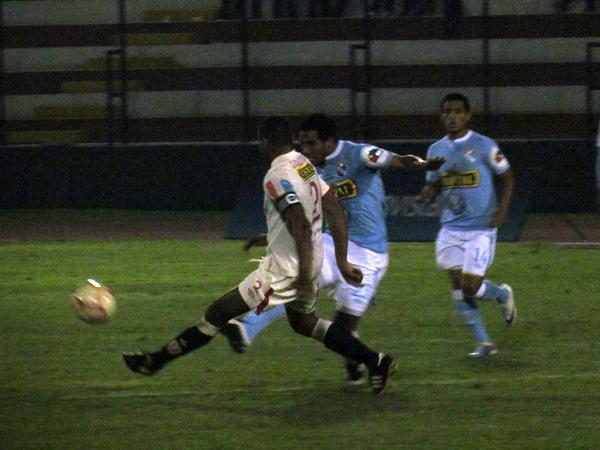 POR TODAS PARTES. Piero Alva fue uno de los jugadores con más movilidad durante todo el partido. Se le vio bastante motivado. (Foto: José Salcedo / DeChalaca.com)