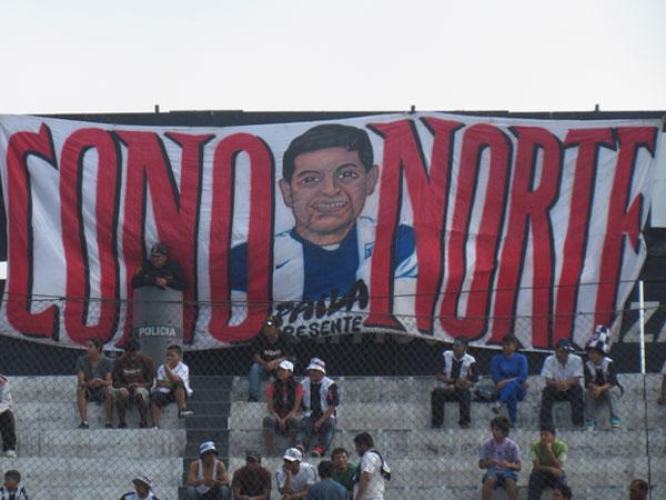 POR MONTONES. Una de las tanta banderolas presentadad por el Comando Sur para mostrar en toda su expresión el hinchaje por Alianza Lima. (Foto: José Salcedo / DeChalaca.com)