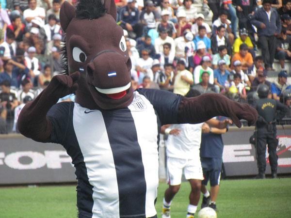 SIEMPRE PRESENTE. El Potrillo presente en Matute. La mascota de Alianza Lima le puso alegría a la previa. (Foto: José Salcedo / DeChalaca.com)