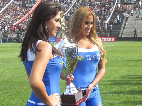 EL PREMIO. Bellas anfitrionas junto a la copa que se disputaría en el encuentro. (Foto: José Salcedo / DeChalaca.com)