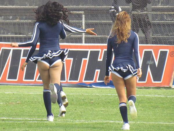HORA DE CORRER. La última algarabía de las chicas blanquiazules con el Comando Sur. (Foto: José Salcedo / DeChalaca.com)