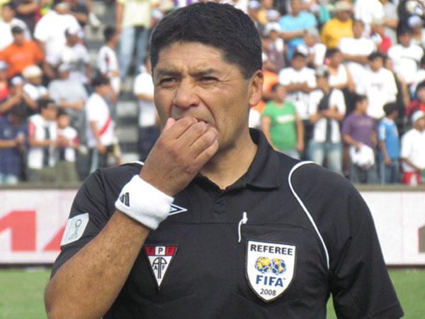EL HOMBRE DE LEY. Víctor Hugo Rivera fue el árbitro principal del encuentro. Tuvo una buena actuación. (Foto: José Salcedo / DeChalaca.com)